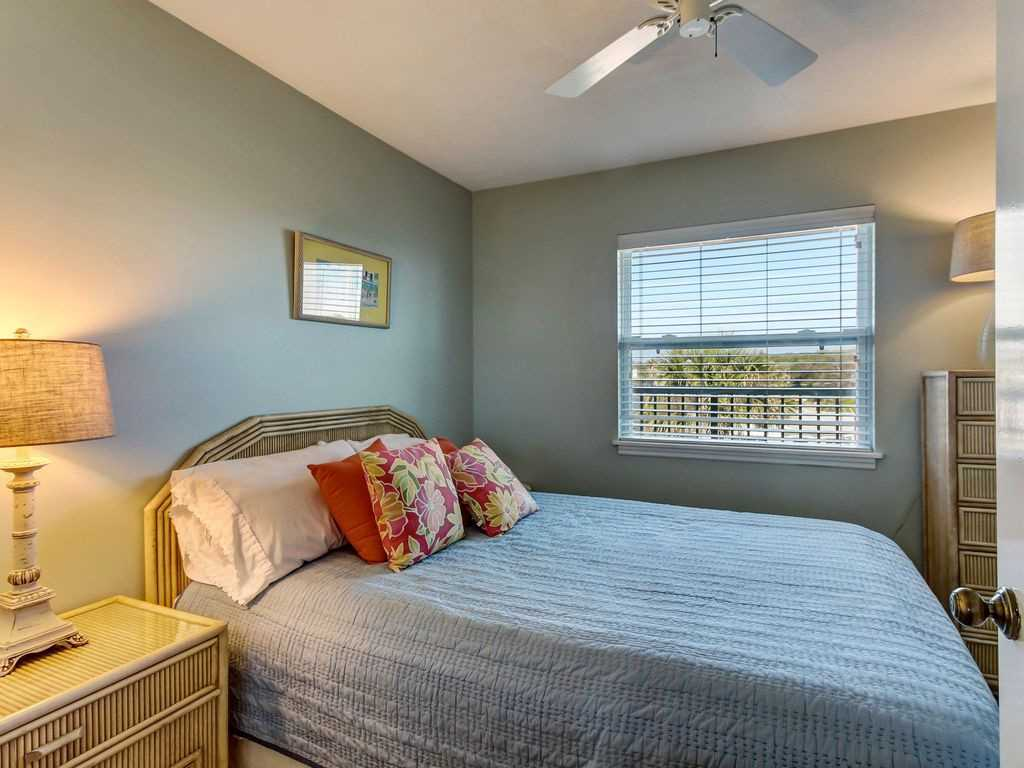 2nd Bedroom with queen bed and large closet