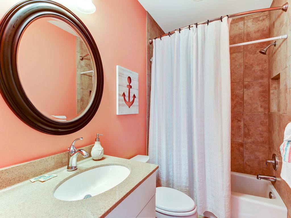 Bathroom en suite with queen bedroom