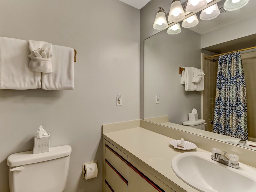 Hall bathroom with tub/shower combination