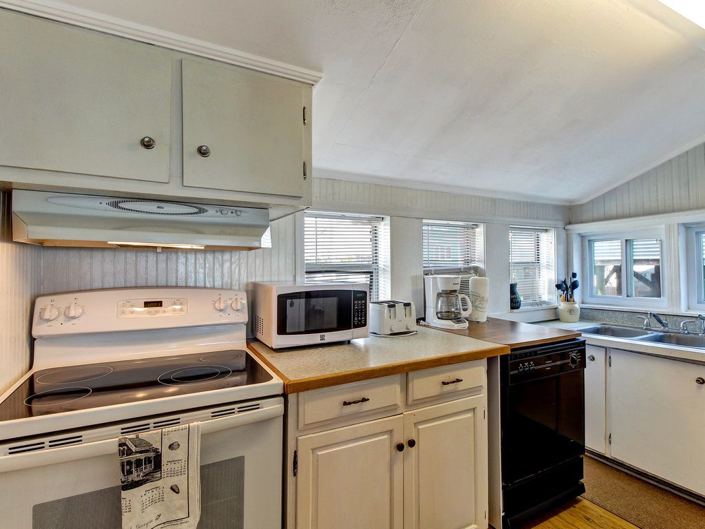 Cute kitchen - clean and bright - small and functional