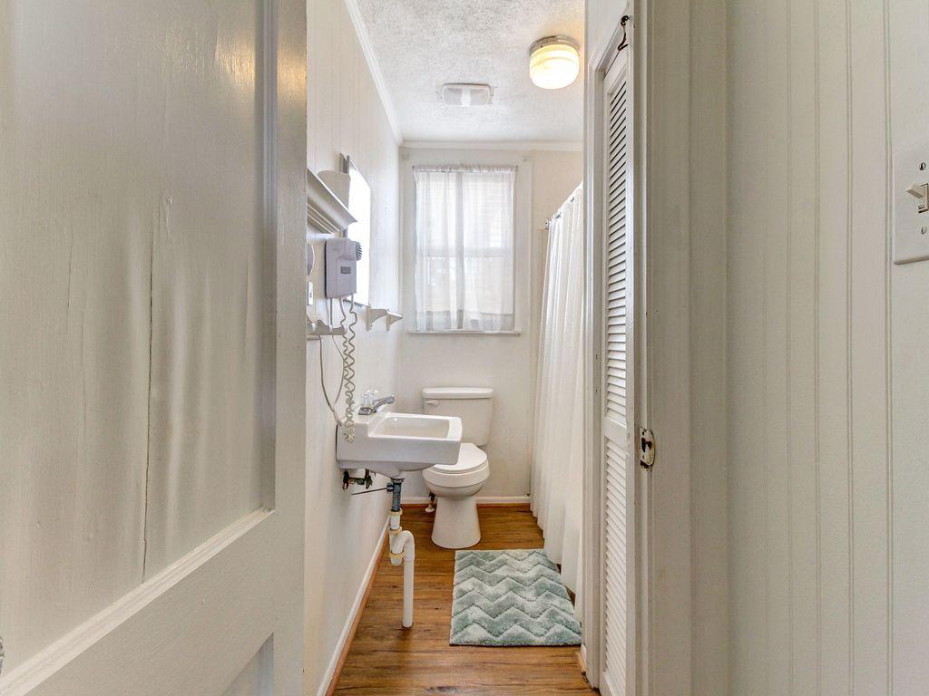 Bathroom between queen and twin bed room